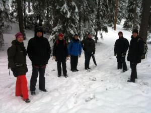 Här är deltagarna stående tillsammans i den snöiga skogen i Storhedens naturreservat.
